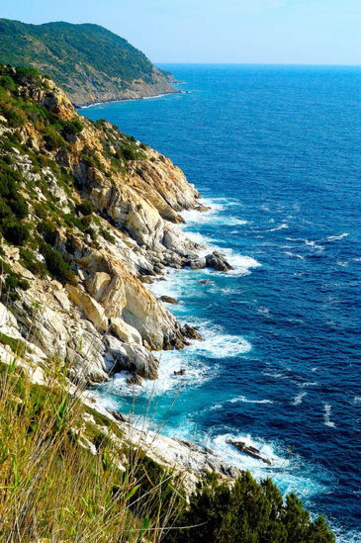Moře s toskánskými skalami