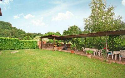 Il Casolare: Exclusive private garden in front of the house with a pergola for outdoor dining.