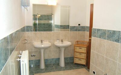 Villa Giulia Follonica: large bathroom with shower