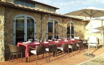 Villa Casanova: Otdoor table in the terrace overlooking the vineyards