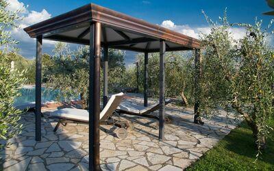 Villa Casanova: Covered patio next to the swimming pool