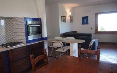 Villa Dei Cipressi: ampio soggiorno con cucina in tipico stile toscano