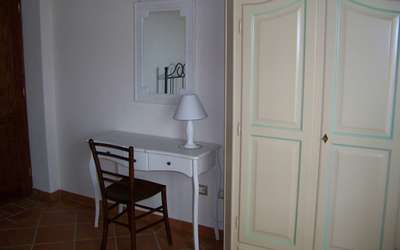 Antico Fienile: Particular bedroom n. 2 - wardrobe and desk