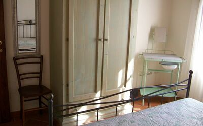 Antico Fienile: Bedroom n. 3 - wardrobe and ancient toilette