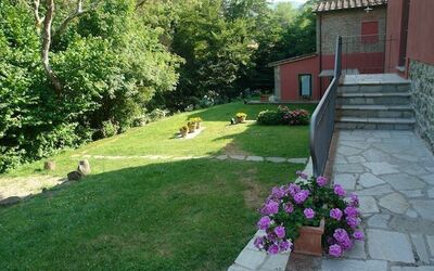 Mulino a Montegonzi Di Rimaggio: garden area by the stream and the woods
