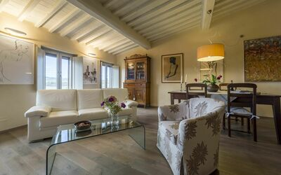 Casa Bondi: Living and dining area with famous paint with a local artist of San Gimignano Mr Manzi