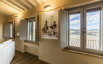 Casa Bondi: A famous paint of San Gimignano by the local artist Mr. Manzi. All the windows averlooking the country side and the town of San Gimignano.