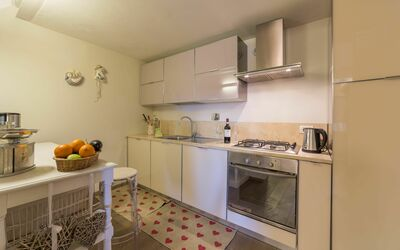 Casa Bondi: Fully equipped kitchen with dishwasher, gas hob, electric oven, fridge, filter coffe machine, electric kettle, washing machine.
