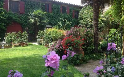 Villa Maria Doria: Coach - view from the front garden
