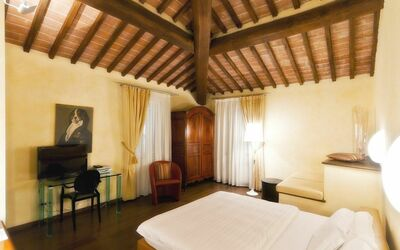 Villa Casanova: Each of the tastefully-appointed guest rooms has a private bath, satellite TV, minibar, air-conditioning, and wireless Internet. Safe and phone service.