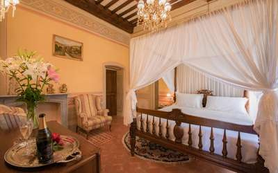 Villa Ivana: Romantic frescoed bedroom