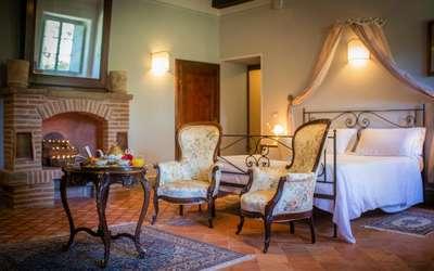 Villa Ivana: Bedroom with fireplace