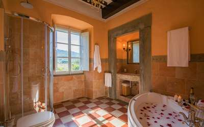 Villa Ivana: Bathroom with Jacuzzi and shower
