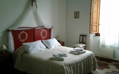 Villa Ricordi: Double room with large wardrobe, a sideboard with mirror, a table with chair. Complete with antique iron and ceramic washbasin