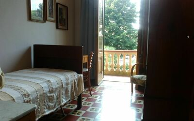 Villa Ricordi: Single room with private balcony. In support there is a wardrobe, a desk with chair and a bedside table with lamp ...