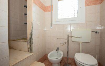 Villa Avion: Bagno con doccia al primo piano