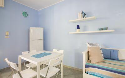 Villa Avion: Soggiorno con divano letto matrimoniale e tavolo da pranzo