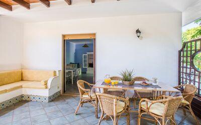 Villa Avion: Tavolo da pranzo esterno e divanetti