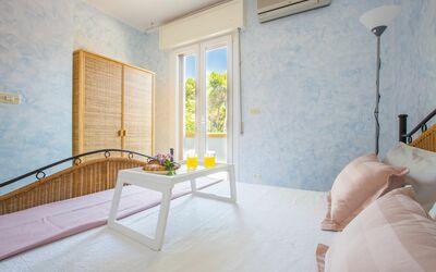Villa Avion: Camera matrimoniale con accesso al balcone e climatizzatore
