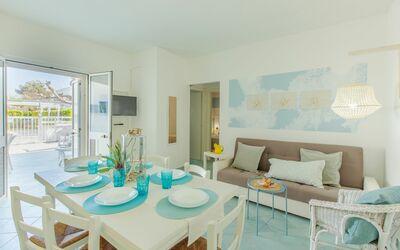 Casa Rosa: dining-living room