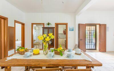 Villa Lidia Con Piscina: Tavolo da pranzo