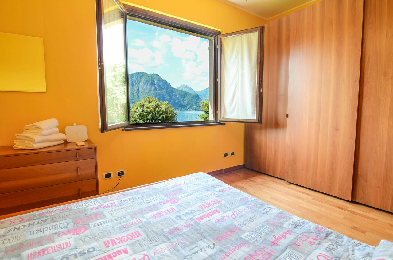 Schlafzimmer mit Fenster auf den Comer See